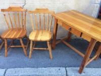 Table en pin massif et chaises